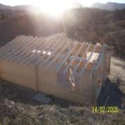 La fotografía de la casa de madera después de y hasta