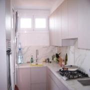 La fotografía de la reparación total de la cocina después de y hasta