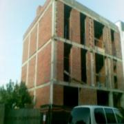 La fotografía del estructura de edificio después de y hasta